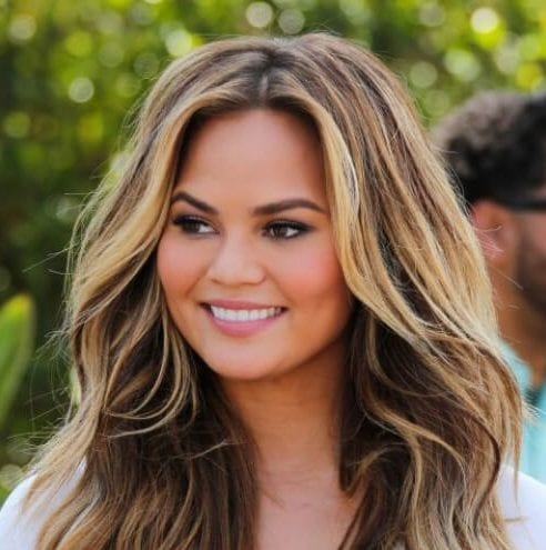chrissy teigen brown hair with blonde highlights